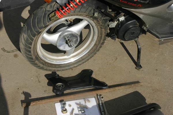 Снять заднее колесо на скутере