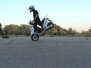 Сложный трюк на скутере